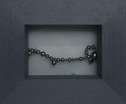 Kunst by zinnkraut: 'Perlen im Licht', kogelmagneten voor melkglas, tweevoudig belicht, 28x25 cm, Zürich 2005