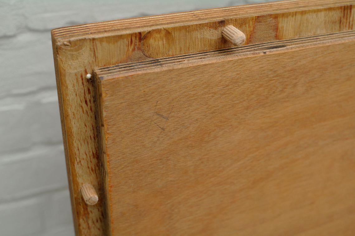 Il ripiano del tavolo con i tasselli sul lato inferiore