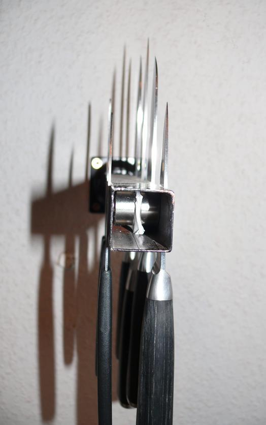 magnet anwendungen messer am tischbein supermagnete. Black Bedroom Furniture Sets. Home Design Ideas