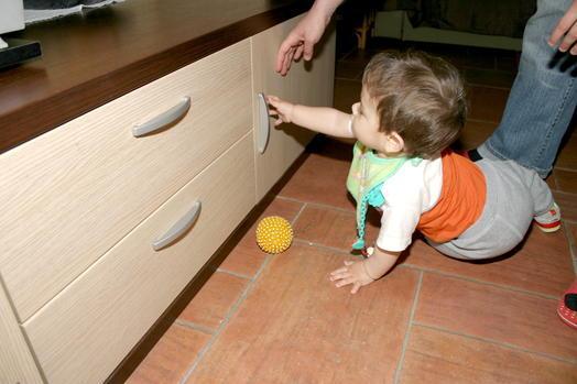 magnet anwendungen magnetischer schrankgriff als kindersicherung supermagnete. Black Bedroom Furniture Sets. Home Design Ideas